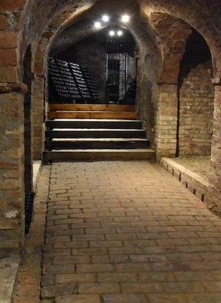 """Le cantine del """"Castello di Neive"""", alle origini del Barbaresco moderno"""
